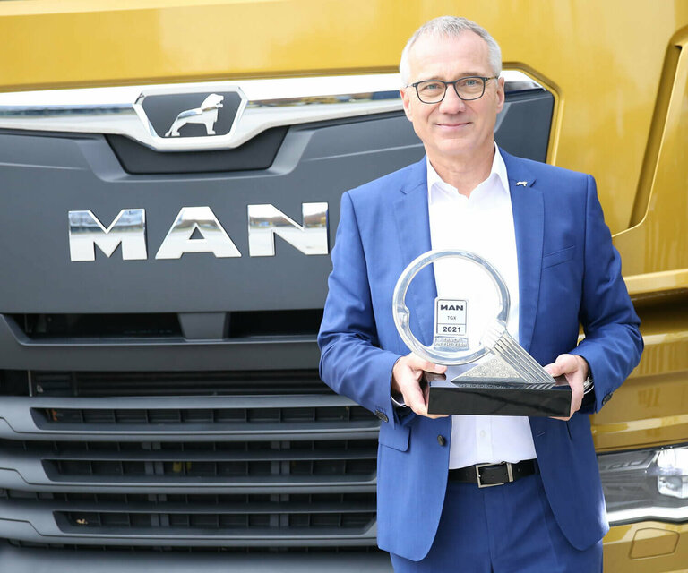 Dr. Andreas Tostmann, CEO of MAN Truck & Bus, in front of the award-winning MAN TGX