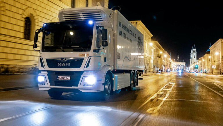 MAN eTGM drives streets in Munich at night